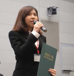 将来の夢を熱く語るベトナムの奨学生(2016年度認定証授与式の様子)
