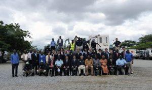 マブバス地区地雷除去完了式典での関係者による記念撮影