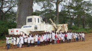 対人地雷除去機と現地の子どもたち