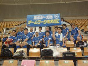 初お目見えの横断幕は、ユニフォームと同色。「チームワークを大切に」を掲げ、湘南シーガル合同チームの選手たち